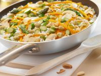 Reis mit grünem Spargel, Möhren, Pinienkernen und Erdnüssen Rezept