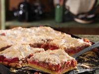 Rhabarberkuchen mit Nuss-Baiserhaube Rezept