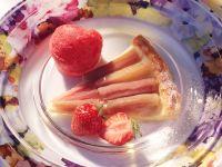 Rhabarbertarte mit Erdbeersorbet