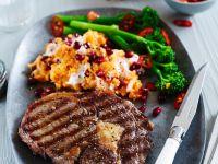 Rib-eye-Steak mit Süßkartoffelpüree und Stangenbrokkoli