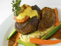 Rinderfilet mit Shrimps, geschmorter Zwiebel und Kartoffel-Kräuterpüree Rezept
