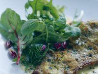 Rinderlende mit Senf-Thymian-Haube und frischem Kräutersalat Rezept
