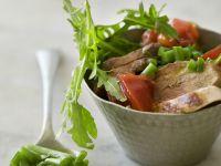 Rindermedaillons mit Bohnen-Rucola-Salat und Tomaten