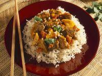Rinderragout auf gebackenen Reisnudeln Rezept