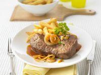Rindersteak mit Bier-Zwiebel-Soße und Pommes frites Rezept