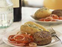 Rindersteak und Ofenkartoffel mit Füllung dazu Tomatensalat Rezept