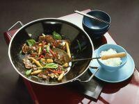 Rindfleisch mit Maiskölbchen aus dem Wok