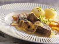 Rindfleisch mit Zwiebel-Biersauce Rezept