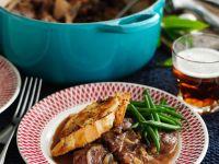 Rindfleischeintopf mit Bier, Croutons und Bohnen Rezept