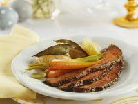 Roastbeef mit Karotten, Lauchzwiebeln und Kartoffeln Rezept