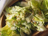 Römersalat mit Parmesan, Fenchel und Pinienkernen Rezept