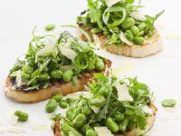 Röstbrot mit Bohnen, Parmesan und Salat Rezept