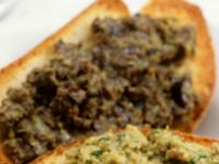 Röstbrot mit grünem Olivenaufstrich Rezept