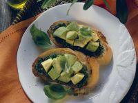 Röstbrot mit Kräuterpesto und Avocado Rezept