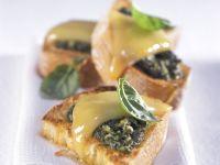 Röstbrot mit Pesto und Käse Rezept