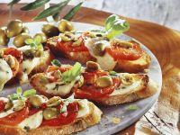 Röstbrot mit Tomate-Mozzarella und Oliven Rezept