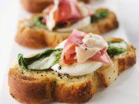 Röstbrote mit Basilikum, Prosciutto und Mozzarella