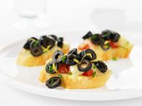Röstbrote mit Tomaten, Oliven und Mozzarella Rezept