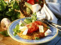 Rösti mit Knoblauch dazu Camembert und Tomaten