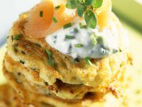 Rösti mit Steckrübe, Kräuterquark und geräuchertem Lachs Rezept