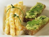 Roggenbrot mit Avocadocreme dazu marinierter Spargel Rezept