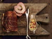 Rollbraten mit Nuss-Obstfüllung, Apfelkompott und Kartoffelpüree Rezept