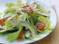 Romanasalat mit Avocado und Sprossen