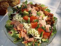 Romanasalat mit Gemüse, Schinken und Emmentaler