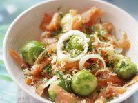 Rosenkohlsalat mit Lachs Rezept