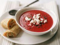 Rote-Bete-Suppe mit Ziegenkäse und Pfannkuchen