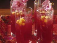 Roter Cocktail auf asiatische Art