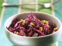 Rotkohl-Walnuss-Salat mit Mohn und Sultaninen Rezept