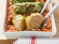 Rouladen aus Spitzkohl mit Tomatenreis Rezept