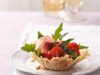 Rucola-Tomaten-Salat im Parmesankörbchen Rezept