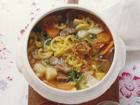 Rustikale Suppe mit Fleisch, Nudeln, Kartoffeln und Gemüse Rezept