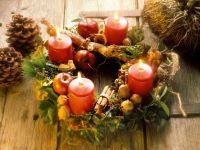 Rustikaler Adventskranz mit brennenden Kerzen Rezept