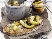 Rustikales Brot mit Gänseschmalz und glasierten Lauchzwiebeln Rezept