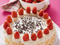 Sahnetorte mit Erdbeeren und Mandelblättchen Rezept