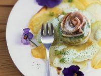 Saiblingsroulade mit Kohlrabi-Kartoffel-Carpaccio Rezept