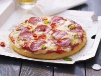 Salami-Pizza mit Chiliringen