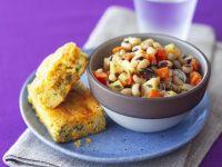 Salat aus Augenbohnen mit Maisbrot Rezept