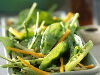 Salat aus Blattspinat, Erbsenschoten und Karotten Rezept