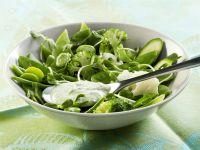 Salat aus grünem Gemüse mit frischem Dressing aus Joghurt, Minze und Frischkäse Rezept