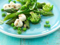 Salat aus grünem Gemüse mit Mozzarella Rezept