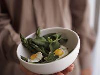 Salat aus grünem Spargel und Spinat mit Wachteleiern