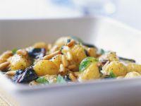 Salat aus jungen Kartoffeln und Pinienkernen Rezept