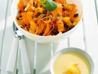 Salat aus Möhrenstreifen mit Joghurt-Apfelsauce Rezept
