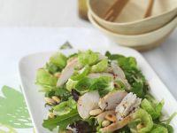 Salat aus Rosenkohl mit Hähnchenbrust und Pinienkernen Rezept