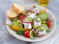 Salat Mediterranée mit Knoblauch-Baguette Rezept