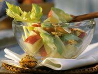 Salat mit Apfel, Walnüssen und Sellerie